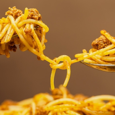 two-people-sharing-spaghetti
